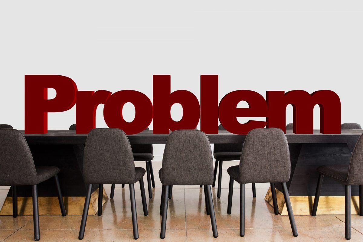 Es wird ein Problem in einem Besprechungsraum dargestellt.