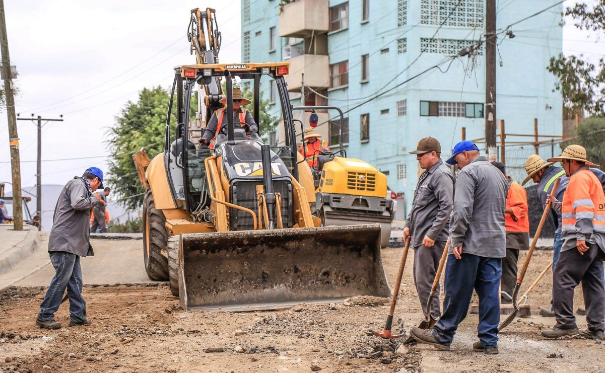 Zu sehen sind Bauarbeiter beim Straßenbau.