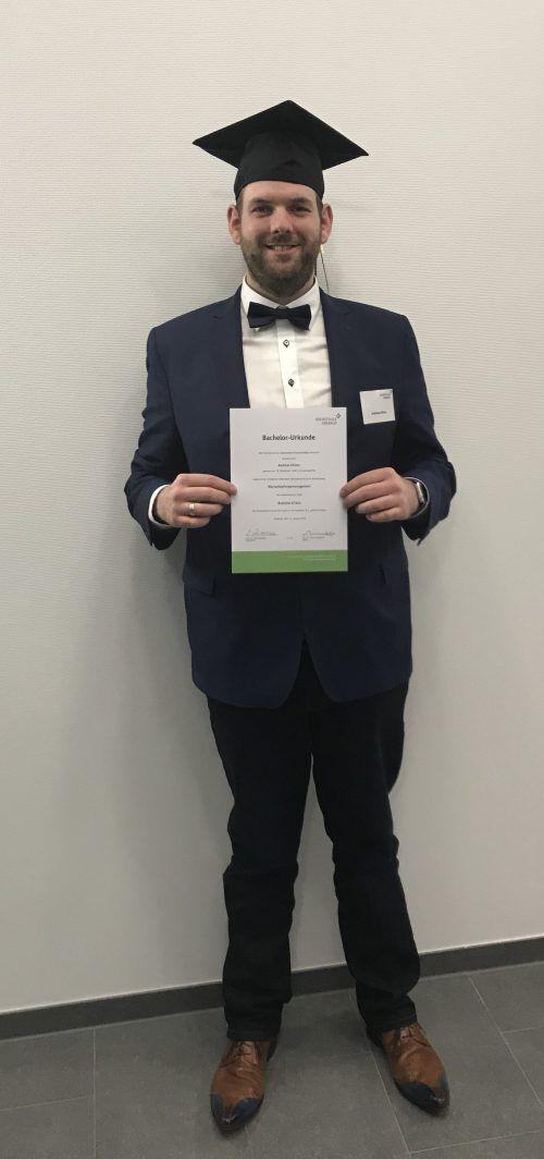 Andreas Götzer mit seiner Bachelor Urkunde des erfolgreichen Abschlusses Bachelor of Arts Wertschöpfungsmanagement.