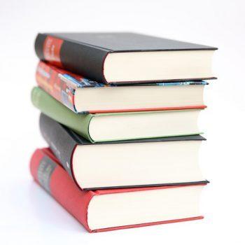 Ein Stapel mit Büchern steht hier beispielhaft für die Lean Bücher.