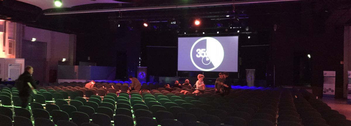 LeanAroundTheClock - die Bühne und die Bestuhlung ins rechte Licht gerückt.