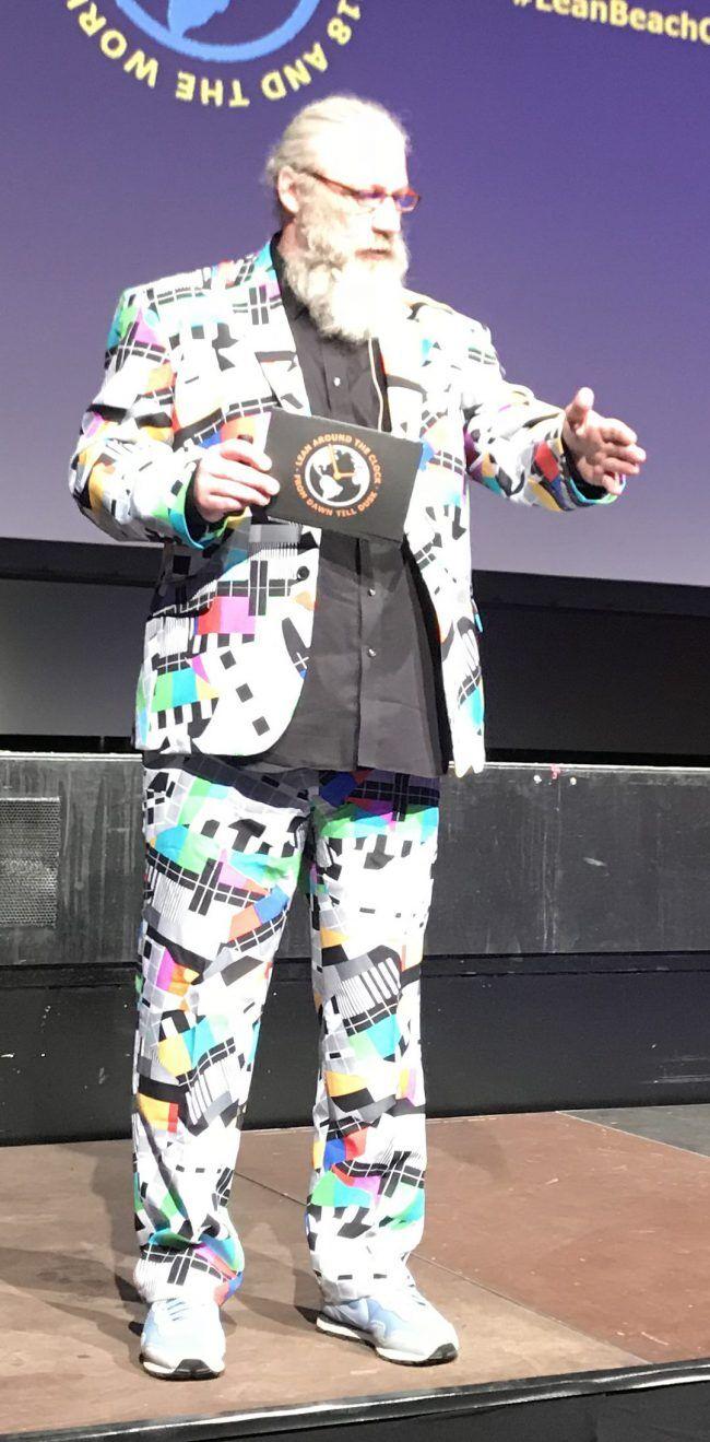 LeanAroundTheClock - Ralf Volkmer in seinem Testbild - Anzug auf der Bühne.